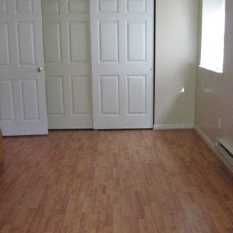 Laminated floor installation in bedroom